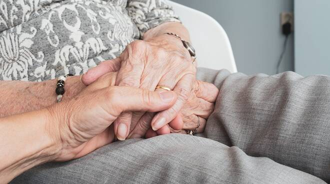 anziani-giovani-mani-solitudine-155168.660x368